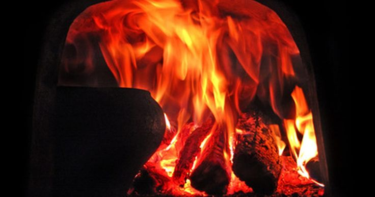 ¿Por qué la madera crepita cuando se quema?. Un trozo de madera contiene pequeñas bolsas de fluidos, tales como agua y savia. Cuando la madera se coloca en el fuego y comienza a arder, el fuego calienta los fluidos, igual que si estuvieran en una cacerola sobre la estufa.