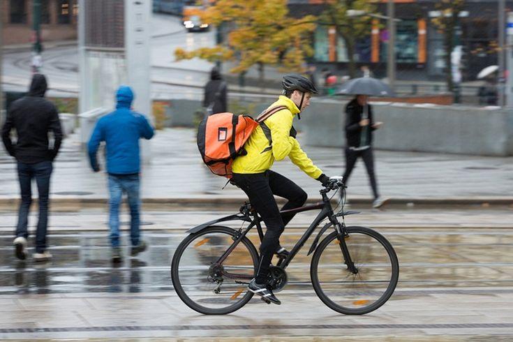 Tips aman bersepeda ke kantor di musim hujan supaya tidak terjadi hal-hal yang tidak diinginkan.    #tips #kantor #biketowork #sepeda