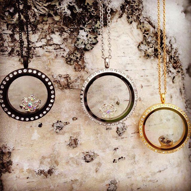 Aqui na Banilla somos uma família, e uma de nossas irmãs adoora o frio! <3 #colar #personalizado #medalhão #pingente #charms #flocodeneve #neve #preto #prata #dourado #cristais #sister #cold #winter #banilla