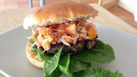 Svamp, vitlök, parmesan och annat gott förvandlas till läckra hamburgare! Kika in det vegetariska receptet här!