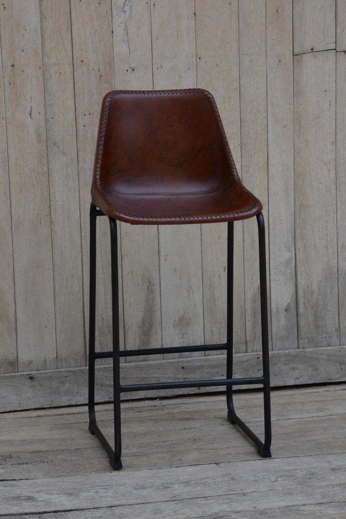Bekväm och snygg barstol med sits och ryggstöd i läder. Stomme av metall. Sitthöjd 75 cm Bredd/Djup/Höjd: 46/50/100 Priset gäller för köp en minst 2 barstolar. Vid köp av endast 1 barstol tillkommer 250 kr i fraktavgift Leveranstid: Barstolen med sitthöjd 65 cm finns tillgänglig för leverans i april Barstolen med sitthöjd 75 cm finns tillgänglig för leverans i början av december.