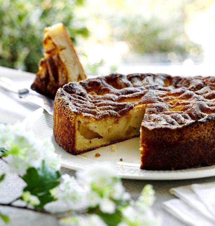Kiire? Nopea ja muhkea #omenakakku syntyy alle tunnissa! #Ohjeen saat täältä: http://www.dansukker.fi/fi/resepteja/nopea-omenakakku.aspx #omena #resepti