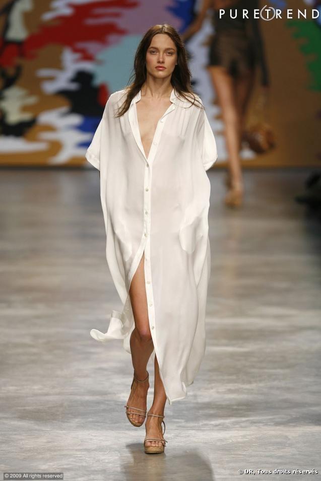 FOTOS – Stella McCartney Runway Spring-Summer 2010 XXL-Version des Shirts. Transparenz und Fließfähigkeit für dieses Dress-Shirt, das alles zeigt, ohne etwas zu zeigen.