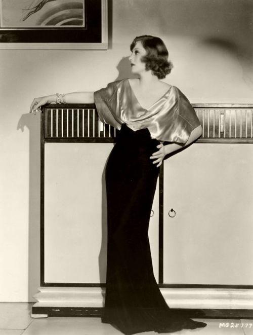 Tallulah con un precioso vestido largo bicolor. A su vuelta a Holywood en los años 30 hizo dos películas con George Cukor, que se convirtió en un buen amigo.