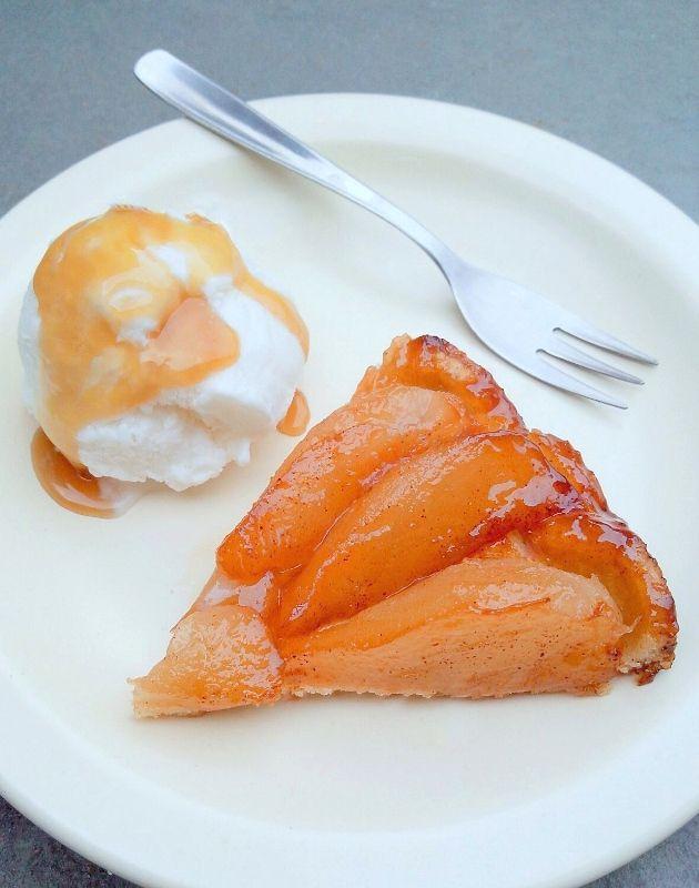 A tarte tatin é uma das sobremesas francesas mais tradicionais do mundo. E o que mais gosto da sua história é que ela nasceu de um equívoco e de uma improvisação. Dizem que ela foi inventada pelas …
