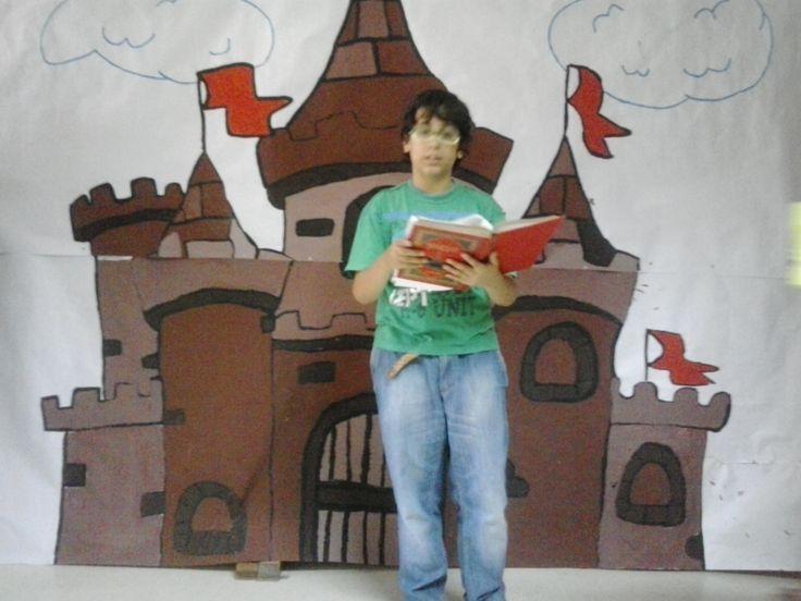 Una bonita estampa del alumno Alejandro Navarro de 1º de ESO A leyendo, mientras presenta una obrita de teatro en la biblioteca escolar.
