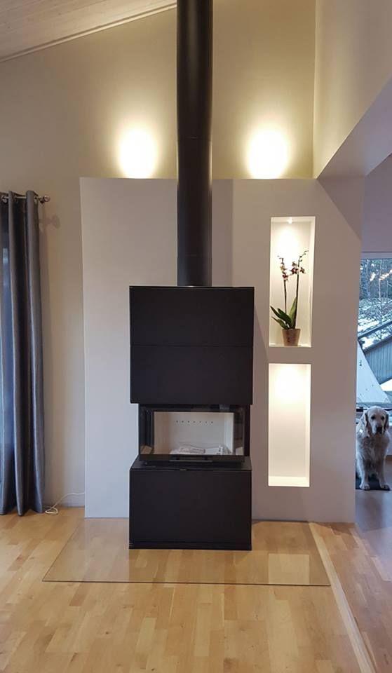 Fantastiskt rum som bjuder på stora sällskapsytor. Eldstaden Contura i51 i svart plåt passar in perfekt. Installerad av Åkersberga vedspisar. #kamin #conturai50 #vardagsrum #bygganytt #inredningsinspiration