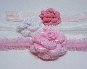 Kit com 3 faixas de bebê com flores de cetim (dois tons de rosa e branca).