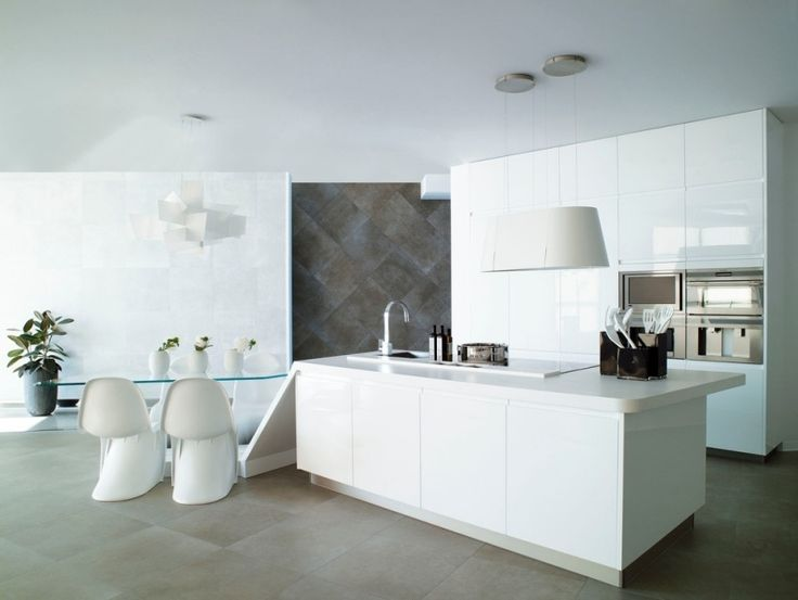 cuisine blanche et moderne avec coin repas, îlot central blanc et hotte aspirante suspendue