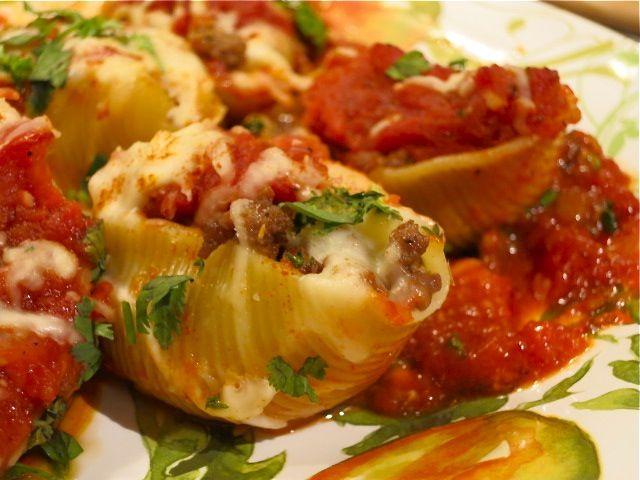 """""""Ракушки"""" с мясом и томатным соусом"""