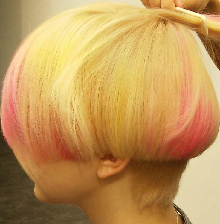 блондинки. Окрашивание блонд. Яркий образ. Яркий акцент. Розовые пряди.  Blond color/ pink hair/  beautiful/ Fachion/ Style