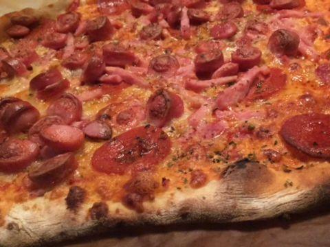 Pizzadej til fantastiske sprøde tynde pizzabunde, så du selv kan lave en pizza, der er lige så god, som hos den bedste italienske pizzabager ude i byen