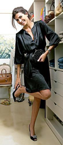 Elegante y sencillo vestido negro con zapatos y cartera al tono. by Juliana Awada
