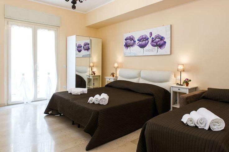 $1413 South of Vatican, 4 bed, 4 bath, sleeps 14. Camera da letto marrone e viola