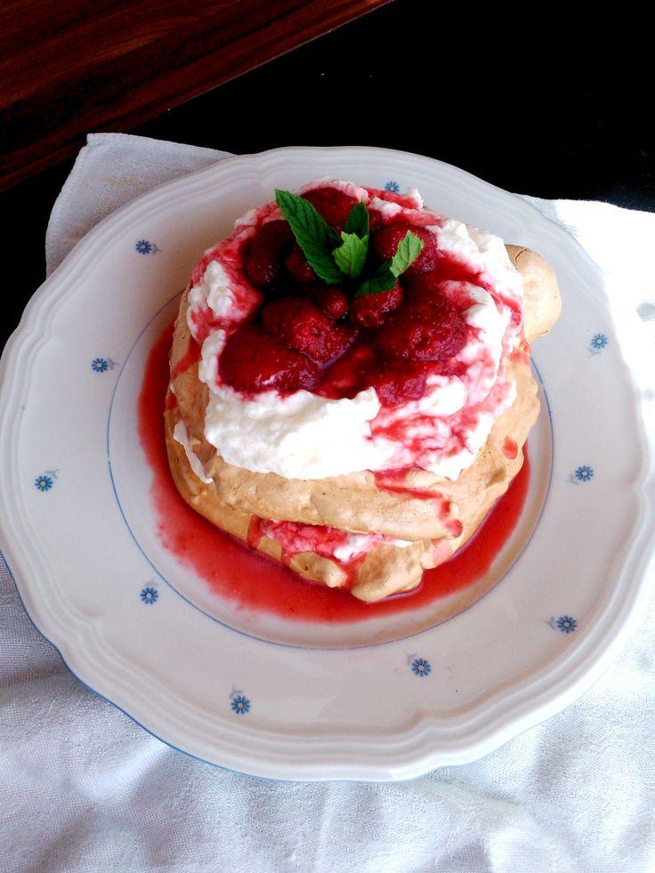 Epres habcsóktorta -  Meringe cake with cream and strawberry