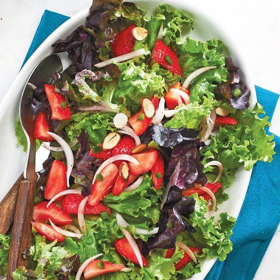 Salade verte à la salsa aux fraises