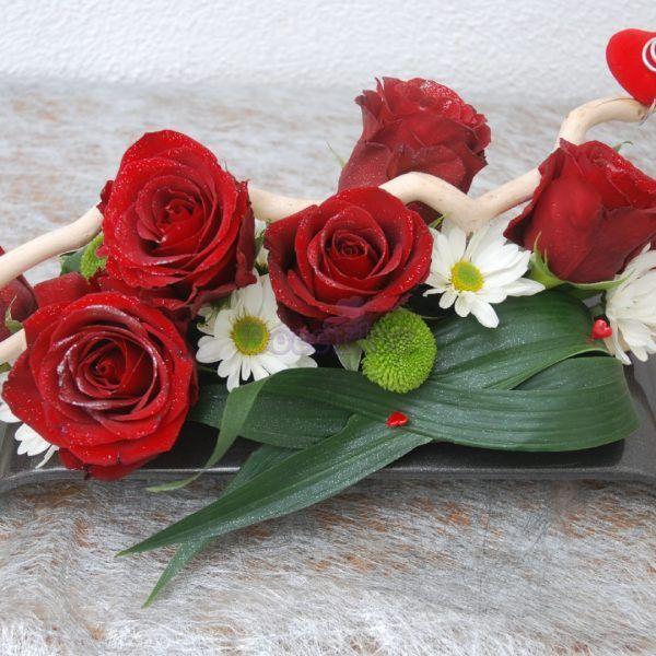 Flores Dia dos NamoradosUm delicado arranjo deFlores especial para o Dia dos Namorados, feito em base de espuma floral com rosas vermelhas e margaridas brancas.