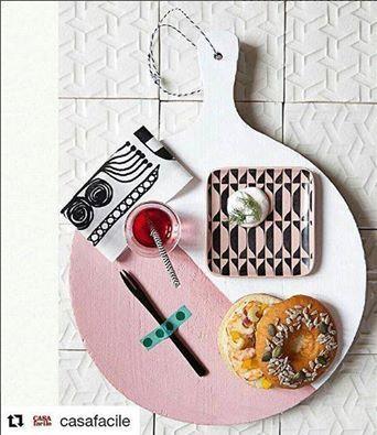 Tagliere con fantasie culinarie e composizione piastrelle bianche #DomenicoMori…