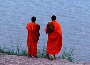 Twee monniken en een vrouw - Twee monniken, een oude en een jonge, waren op reis en kwamen bij een rivier, die ze moesten oversteken. Op de plek waar de weg en de rivier elkaar kruisten, stond een mooie jonge vrouw in een zijden kimono. Omdat de vrouw bang was voor de stroming in de rivier vroeg ze of de monniken … Continue reading Twee monniken en een vrouw