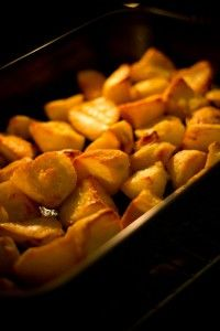 Voor 4 personen 1,2 kg aardappelen arachideolie zout en peper Schil de aardappelen, snijd ze in gelijke stukken. Kook de aardappelen juist gaar. Snijd de aardappelen in kleinere stukken. Doe de aardappelen in een ovenschotel. Meng een ferme scheut arachideolie onder de aardappelen. Kruid met peper en zout. Laat de aardappelen in ca. 40 minuten …