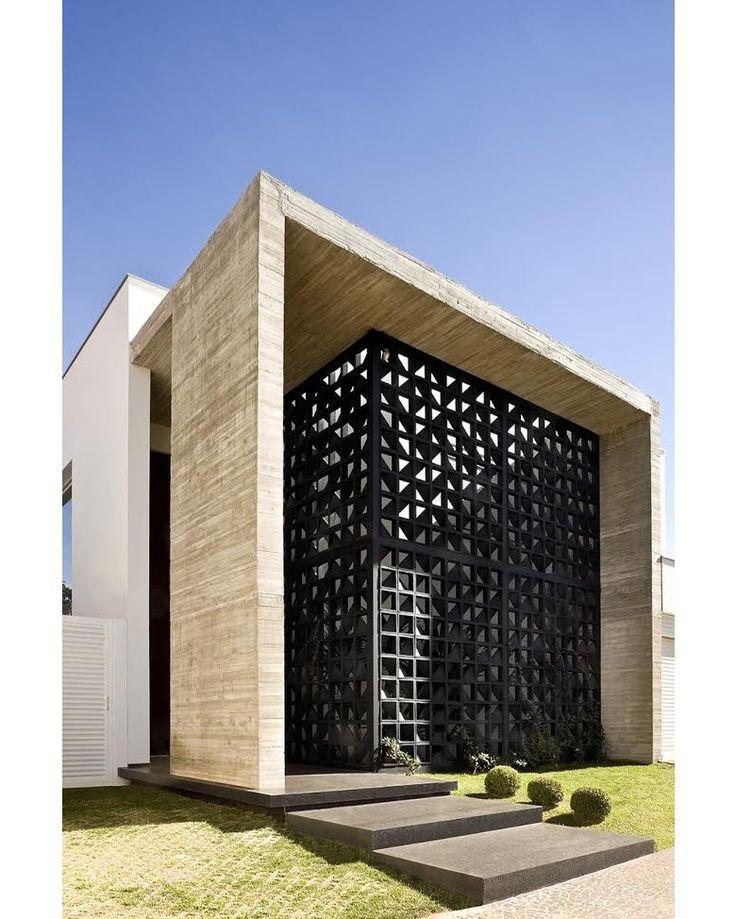 #olhomágicocj #neylimaarquitetura Para este projeto Casa VAP, situada em uma área residencial de Brasília, a inspiração foi uma arquitetura minimalista. A fachada principal é marcada com um pórtico de concreto armado aparente que define o acesso principal por uma imensa porta em aço corten de 6m de altura, contrastando com os cobogós e permitindo um jogo de luzes e texturas. Foto Edgard Cesar @neylimaarquitetura @ney__lima #casaejardim #arquiteturabrasileira #architecture #decor #decoração…