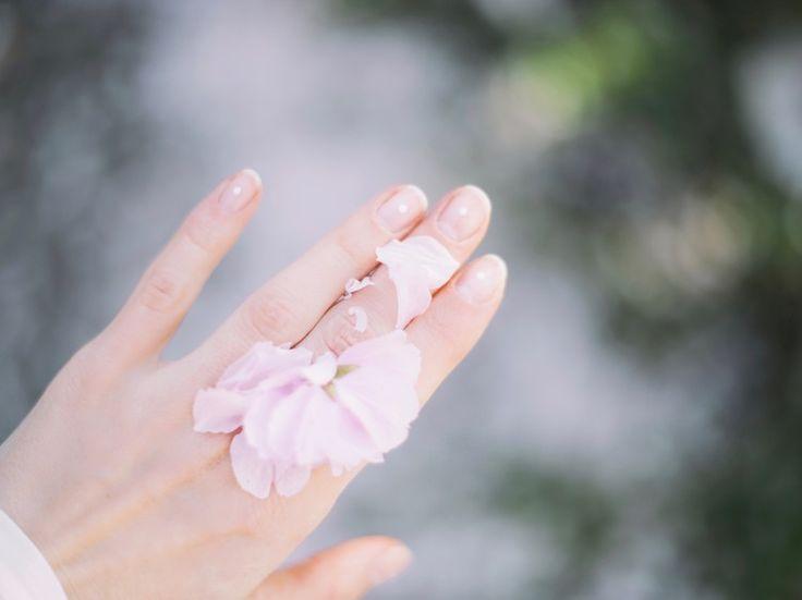 Last van gele nagels of witte vlekjes? Hier kom je te weten wat ze je vertellen over je gezondheid.    Bleke nagels In plaats van een normal...