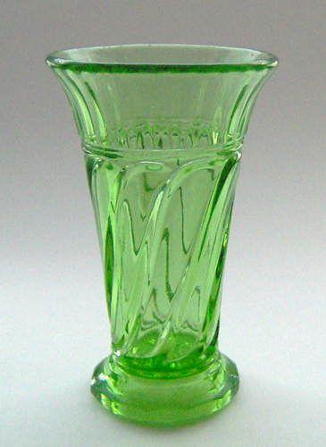 """Glashistorisk Museum - Pressede vaser/blomsterglas - """"Skjold"""" 1934"""