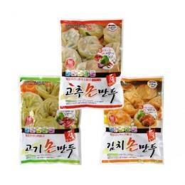 【冷凍】餃子(マンドゥ) ●3種セット『肉餃子+キムチ餃子+唐辛子餃子』  韓国の屋台や食堂でよく見られる食べ物の一つ、  マンドゥ(餃子)を  ご自宅で味わってみてください!    ☆ここがポイント!  焼き餃子、蒸し餃子、餃子スープなど  いろんな調理法で美味しくいただけます。