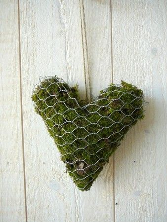 ♕ moss heart would look pretty on garden shed, perhaps  with a few flowers growing from it ♥