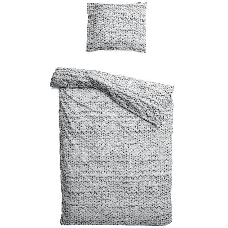 TWIRRE GRIJS Twirre houdt van breien met pennen zo lang als bezemstelen. En de bollen wol die ze gebruikt lijken wel basketballen. Daarvan krijg je breiwerkjes zo groot als een dekbed. En zin om vanavond vroeg onder de wol te kruipen.
