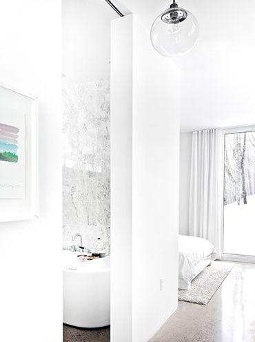 Dans le but de créer une maison discrète située à Morin Heights, la firme La SHED Architecture a décidéde construire tout sur le même niveau. L'extérieur de la demeure est entièrement recouvert de bardage en cèdre blanc qui au fil du temps deviendra gris pour ainsi être encore moins perceptible au travers de l'écorce des …