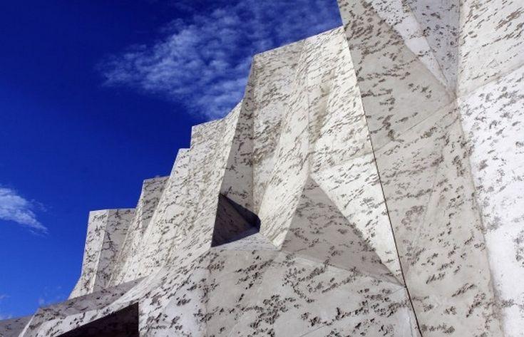 La façade de la Caverne du Pont-d'Arc (conception Fabre Speller-Architectes-Atelier-3A-Ollier-©-Sycpa Sébastien Gayet