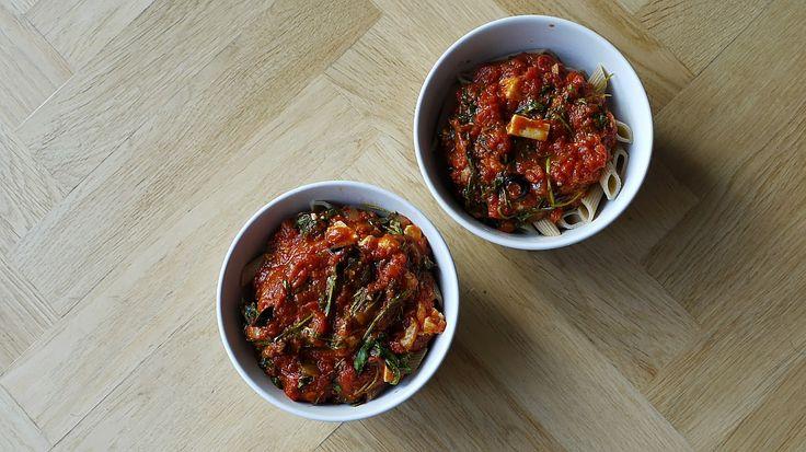 Polskie South Beach: Makaron z sosem pomidorowym, rukolą i fetą