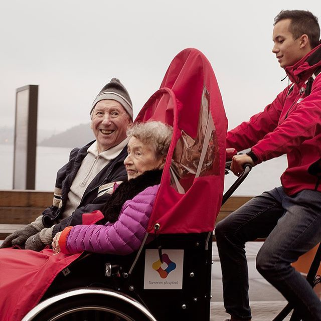 Sammen på sykkel er en ideell organisasjon med mål om å bidra til økt folkehelse i Norge. Vår visjon er at det blir en lovfestet pasient- og brukerrettighet å kunne komme ut i frisk luft hver dag.  Ved hjelp av elektriske rickshaws (el-sykler), kan frivillige, familie, venner og ansatte bidra som syklister, og gi mennesker med nedsatt funksjonsevne og mobilitet mulighet til å komme ut på sykkeltur. Passasjerene får økt livskvalitet gjennom felles opplevelse av å suse avgårde og være tett på…