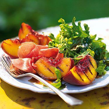 Salat mit Grillpfirsich und Schinken