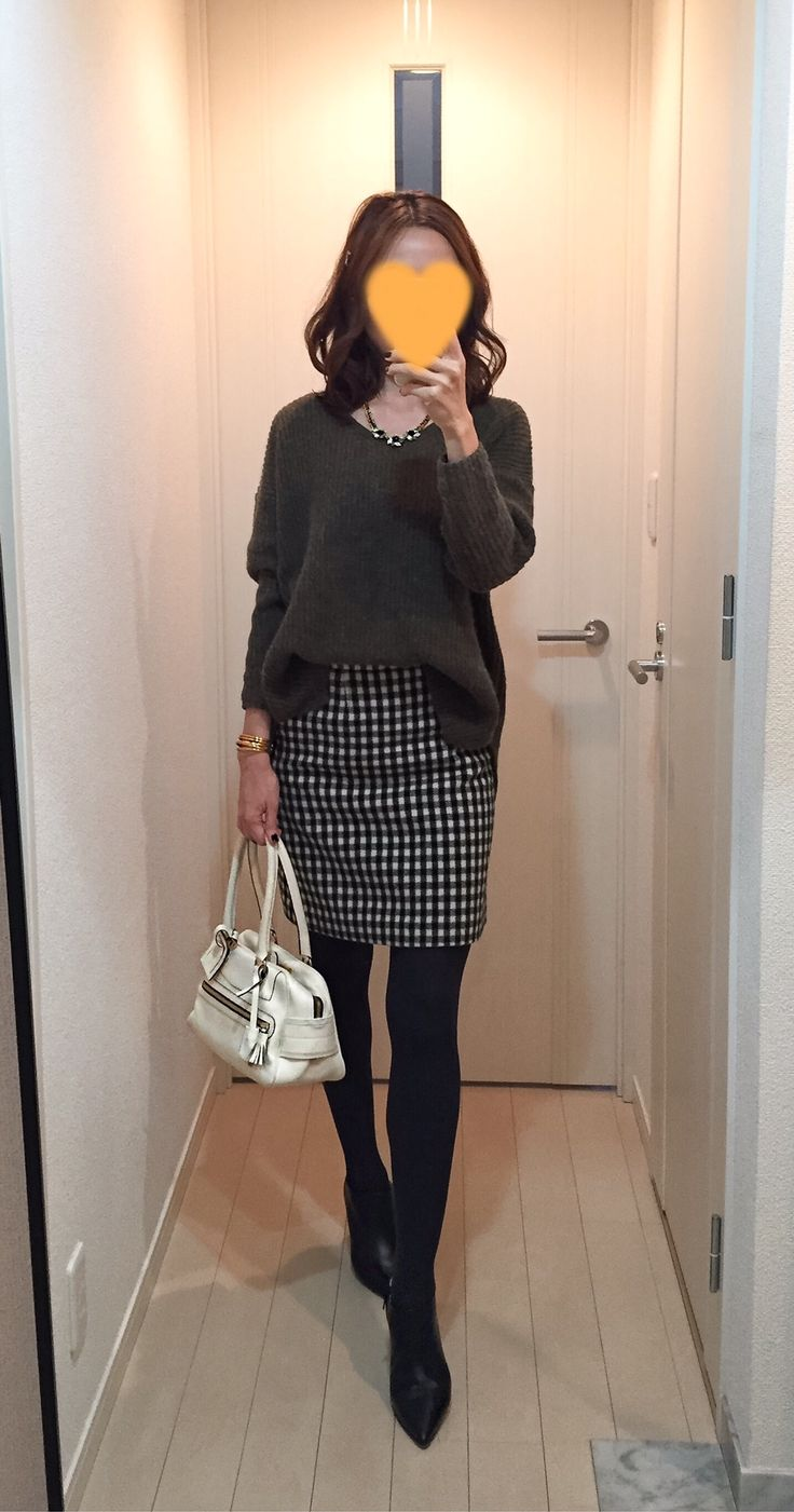 Khaki sweater: TOPSHOP, Houndstooth skirt: MACKINTOSH PHILOSOPHY, White bag: J&M DAVIDSON, Boots: Fabio Rusconi ニット タイトスカート チェック