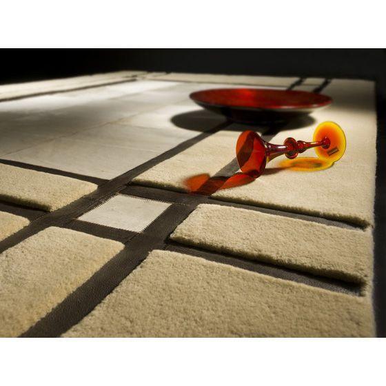 Бежевый ковер ручной работы из шерсти и шкуры коровы LEON. #carpet #carpets #rugs #rug #interior #designer #ковер #ковры #дизайн  #marqis