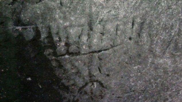 En Janucá, espeleólogos descubrieron, grabados en piedra caliza, una la Menorá de siete brazos, una cruz y otros símbolos