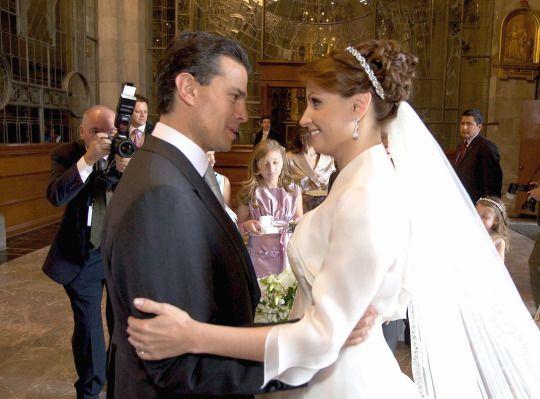 El 27 de noviembre de 2010, Angélica Rivera entró a la catedral de Toluca, Estado de México, usando un vestido blanco y un velo de novia. Se dirigía al altar con el entonces gobernador de dicha entidad y actual presidente de México, Enrique Peña Nieto. Afuera una multitud los apoyaba desde detrás de