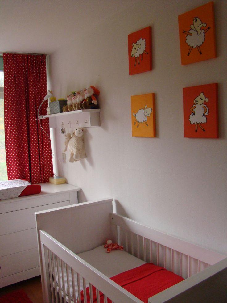 Babykamer met oranje en rode accenten. Prachtig hoe de serie met de schaapjes alle kleuren bij elkaar laat samenkomen. (en wat zijn die dwergen aandoenlijk!)
