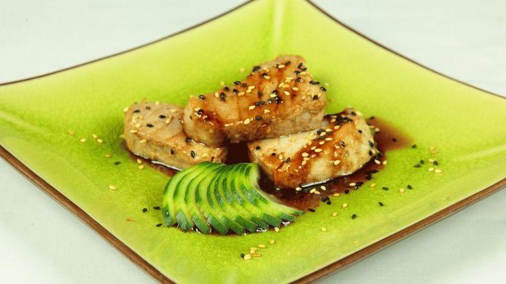 Ricetta Tonno saltato con salsa teriyaki: Tagliate il tonno a cubetti. Condite i cubetti di tonno con pepe, un pizzico di ajinomoto e pasta d' aglio. Scaldate una padella e ungetela con un filo d' olio. Quando l'olio è ben caldo unite il pesce e doratelo per un minuto...
