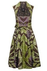 Kunstvolles Dirndl in rot-grünem Batikstoff aus der Noh Nee Ghana Linie 2016. Der Stoff wurde in Ghana von Hand gebatikt und im Münchner Atelier zu diesem wunderschönen Einzelstück verarbeitet. Das Oberteil ist mit einer farblich passenden Paspel eingefasst. Zu schließen ist das Dirndl mit effektvollen silbernen Knöpfen. Das Dirndl ist zudem mit einem formgebendem Kummerbund, seitlichen Eingriffstaschen und einem Unterrock ausgestattet.  Produktdetails  Batik-Print Eckiger Ausschnitt Feine…