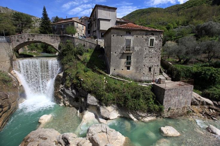 Ponte sul Calore, Piaggine - Cilento. Il borgo si trova in provincia di Salerno, all'interno del Parco Nazionale del Cilento e Vallo di Diano. Venite a passeggiare tra i suoi boschi secolari:  www.bbplanet.it/dormire/cilento