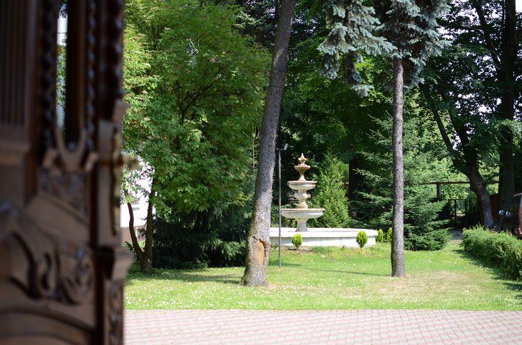 Otwarte drzwi Dedek Park - prosto na zielony teren hotelu. Sielanka w centrum Warszawy, tylko u nas jest tak pięknie!