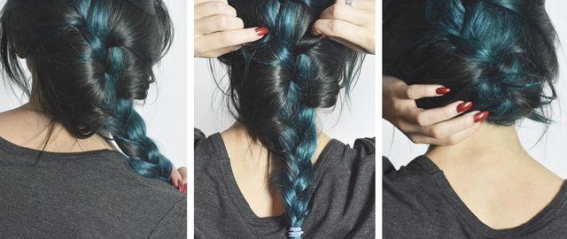 Denna frisyr är lika enkel som den är romanstisk! Steg 1. Gör en slarvig inbakad fläta, antingen med en bena framtill, eller om du vil ha allt hår bakåt. Fäst med en hårsnodd. Steg 2: Dra isär flätan