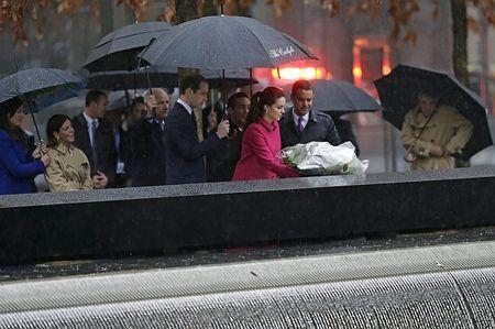 9日、ニューヨークの「グラウンド・ゼロ」を訪れ、ウィリアム英王子(中央)らが見守る中で献花するキャサリン妃(EPA=時事) ▼10Dec2014時事通信|英王子夫妻、同時テロ跡地で献花 http://www.jiji.com/jc/zc?k=201412/2014121000055