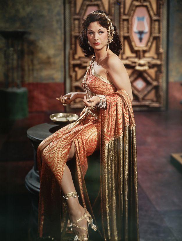 Edy Lamarr portant un costume conçu par Edith Head pour le film Samson et Dalila de Cecil B. DeMille, 1949.