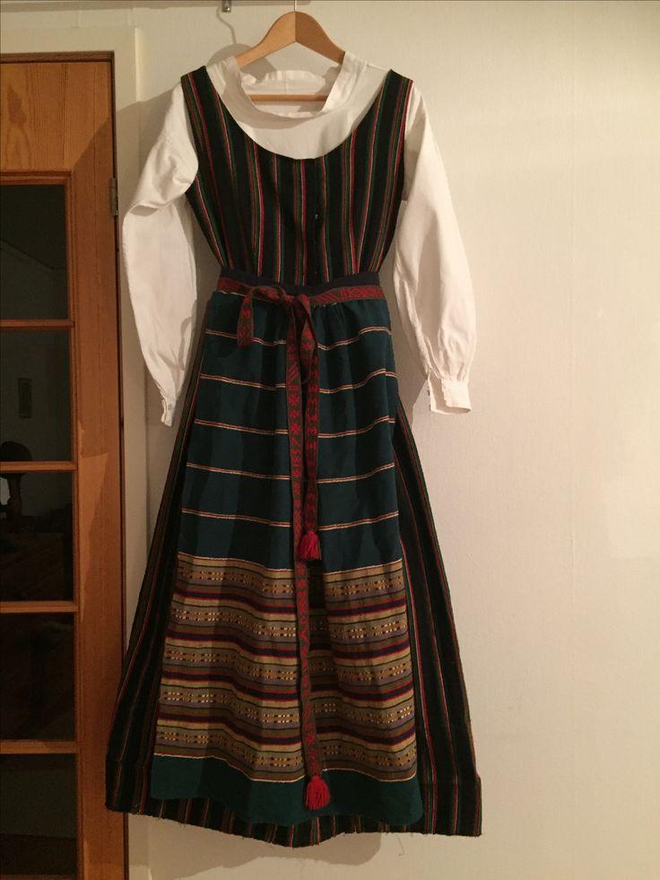 Rogstadräkt. Variant på förkläde original från 1857.