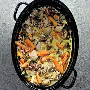 Kipstoof: lekker met hele kippenbouten en een klein beetje sherry. (Kip eerst even aanbakken, dan spekjes, sjalotjes & champignons even meebakken. De wortel pas na 10 minuten stoven toevoegen, en dan nog 20 min. verder stoven. Anders blijft er niks van over) Verder het recept aanhouden.