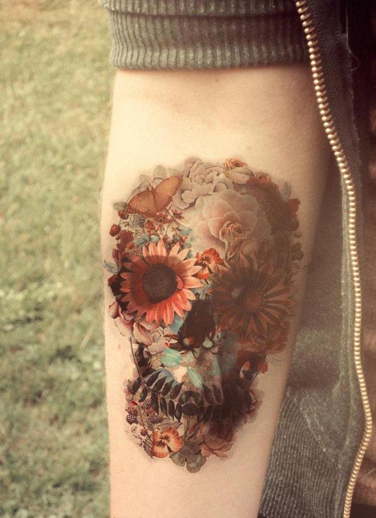 tatouage avant-bras homme ou femme: crâne mexicain en fleurs